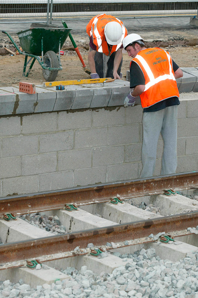 Concrete「New platform coping stones being placed into position during the modernisation of Tring station as part of the West Coast Main Line upgrade. June 2004.」:写真・画像(5)[壁紙.com]