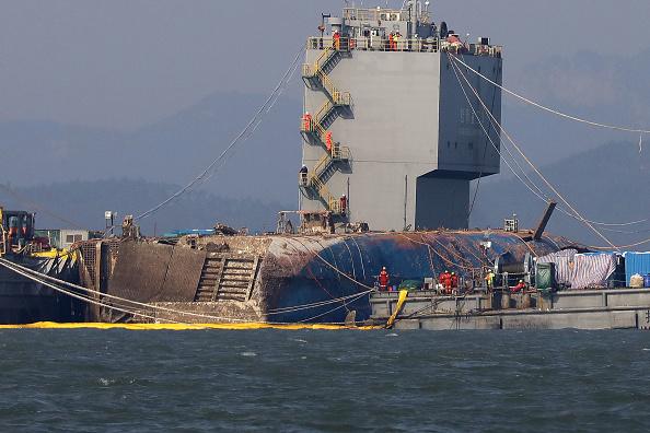 Passenger Craft「South Korea Attempts To Salvage Sunken Sewol Ferry」:写真・画像(12)[壁紙.com]