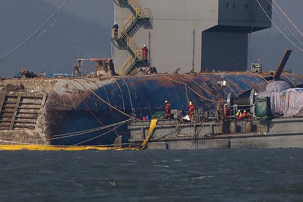 Passenger Craft「South Korea Attempts To Salvage Sunken Sewol Ferry」:写真・画像(14)[壁紙.com]