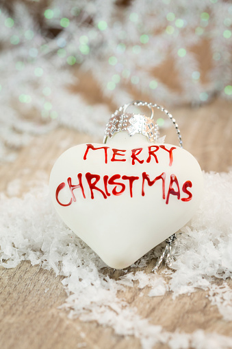 Fake Snow「White heart-shaped Christmas bauble with writing 'Merry Christmas'」:スマホ壁紙(19)