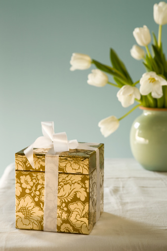 Floral Pattern「Gold gift box and white tulips in vase on table」:スマホ壁紙(19)