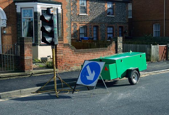Road Signal「Generator and mobile traffic light at roadwork England, UK」:写真・画像(2)[壁紙.com]