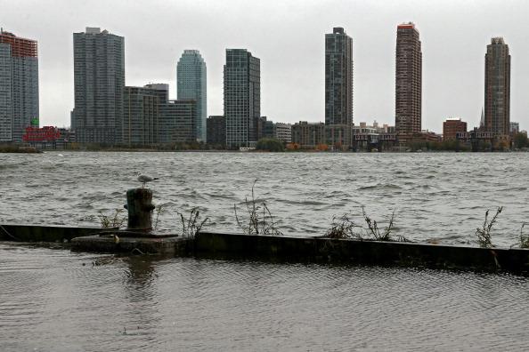 Queens - New York City「Mid Atlantic Coast Prepares For Hurricane Sandy」:写真・画像(15)[壁紙.com]