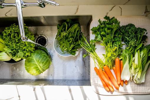 Rich Fury「Vegetables being washed in sink」:スマホ壁紙(2)