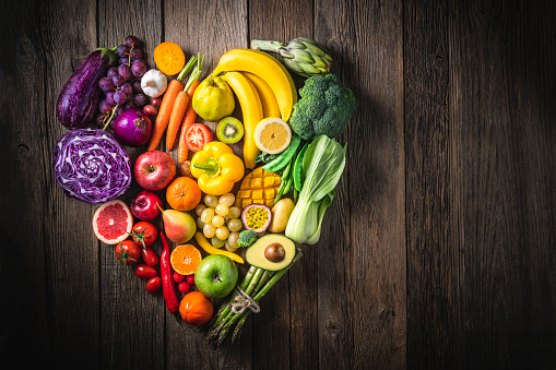 Broccoli「Vegetables and fruit with heart shape as concept of cardiovascular health」:スマホ壁紙(17)