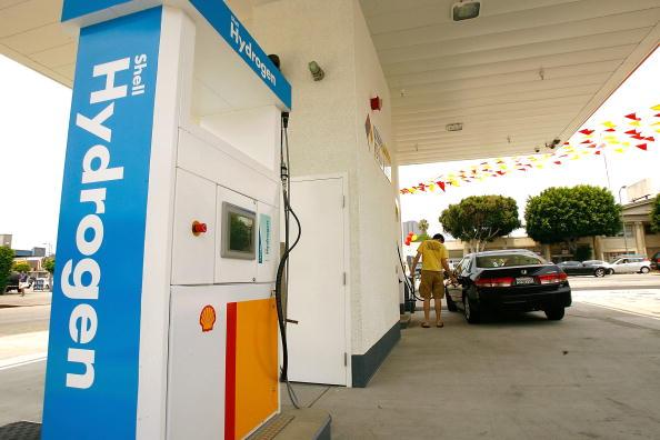 Refueling「Hydrogen Refueling Station Opens In Los Angeles」:写真・画像(1)[壁紙.com]