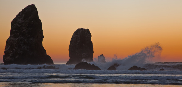 Cannon Beach「Waves at Cannon Beach at sunset」:スマホ壁紙(0)