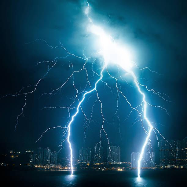 Powerful lightning striking from sky to sea:スマホ壁紙(壁紙.com)