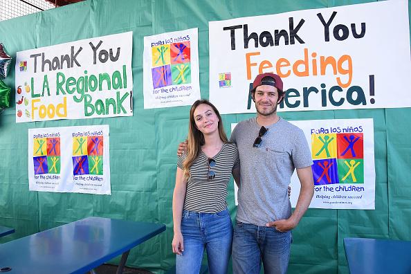 Adam Brody「Celebrity Friends Volunteer At Feeding America's Summer Hunger Awareness Event At Para Los Ninos in Los Angeles」:写真・画像(11)[壁紙.com]