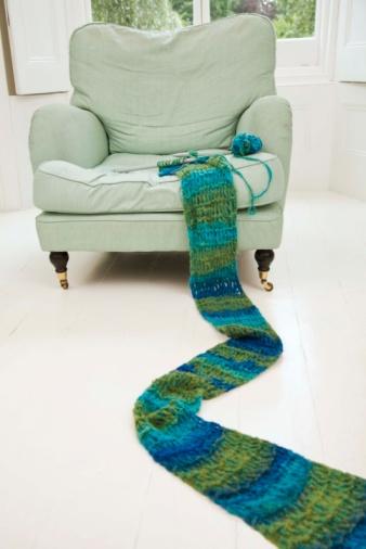 スカーフ「Long knitted scarf and chair」:スマホ壁紙(2)