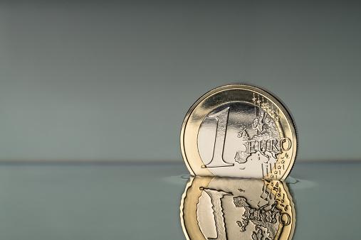 Struggle「Euro coin reflection」:スマホ壁紙(18)