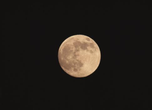 満月「Full moon in black sky, Hokkaido, Japan」:スマホ壁紙(2)