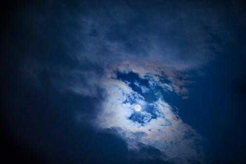 月「Full moon in cloudy sky at night」:スマホ壁紙(15)