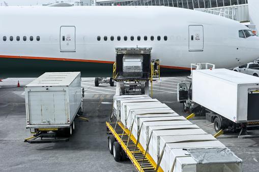 Close To「Loading an airplane」:スマホ壁紙(9)