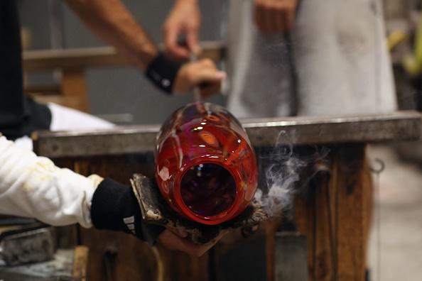 花瓶「Traditional Venetian Glass Blowers Practice Their Craft」:写真・画像(1)[壁紙.com]