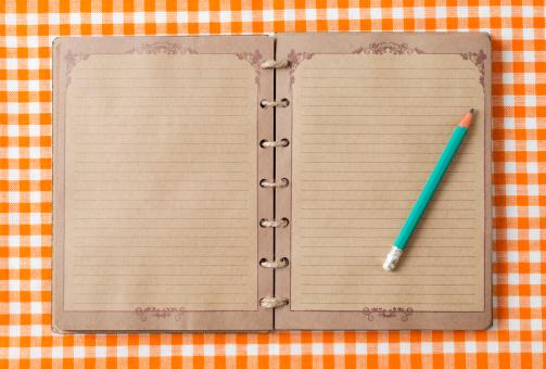 Tartan check「旧ノートと鉛筆にオレンジ tableclot」:スマホ壁紙(12)