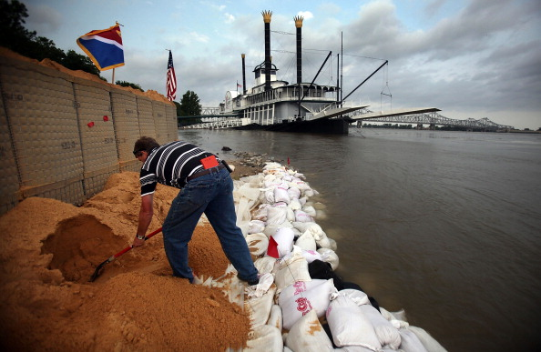 Levee「Rising Rivers And Tributaries Continue To Flood Southern Communities」:写真・画像(9)[壁紙.com]