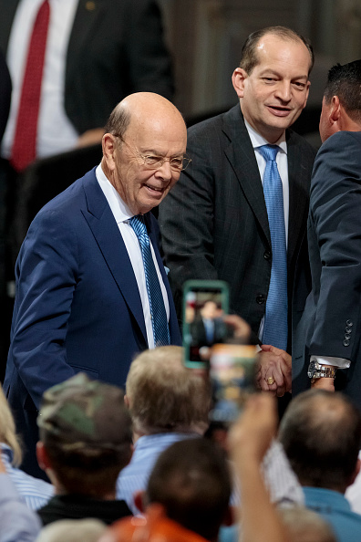 Wilbur Ross「President Trump Discusses Trade And Tariffs At Illinois Steel Plant」:写真・画像(1)[壁紙.com]