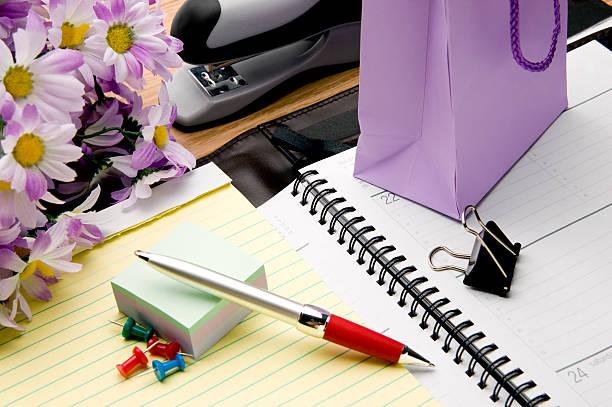 Office supplies and gift on desk:スマホ壁紙(壁紙.com)