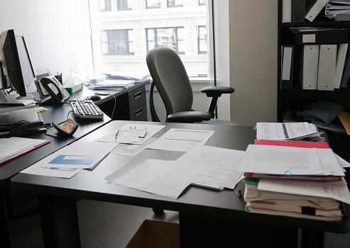 Document「Empty office with organized desk」:スマホ壁紙(15)