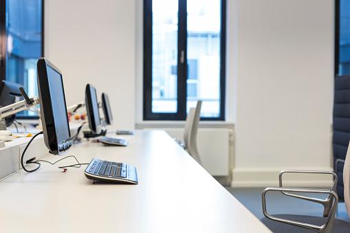 Open Plan「Empty office room」:スマホ壁紙(11)