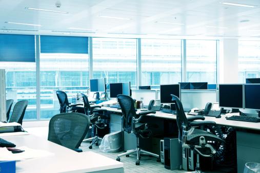 かっこいい「空のオフィスインテリアと椅子、パソコン、デスクトップ、ブルーの窓」:スマホ壁紙(11)