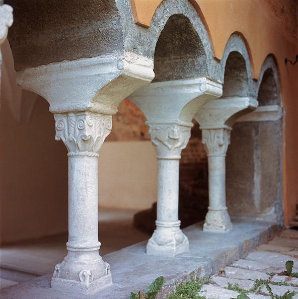 Benedictine「Columns in a Romanesque cloister」:写真・画像(17)[壁紙.com]