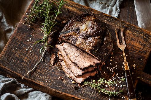 Roast Beef「Sliced roast beef, rosemary, thyme and sea salt on chopping board」:スマホ壁紙(14)