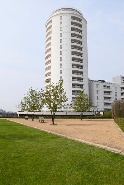 Curve「Barrier Point Apartments looking over Thames Barrier Park, East London, UK」:写真・画像(9)[壁紙.com]