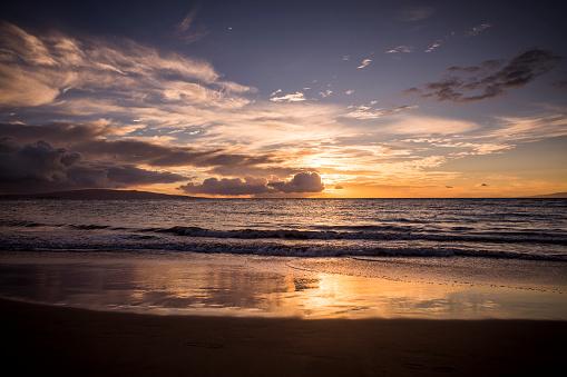 Waimea Bay「Tropical sunset on beach in Maui.」:スマホ壁紙(5)