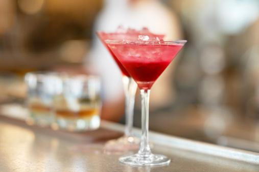 Cocktail「Denmark, Aarhus, Two martini glasses standing on bar counter」:スマホ壁紙(1)