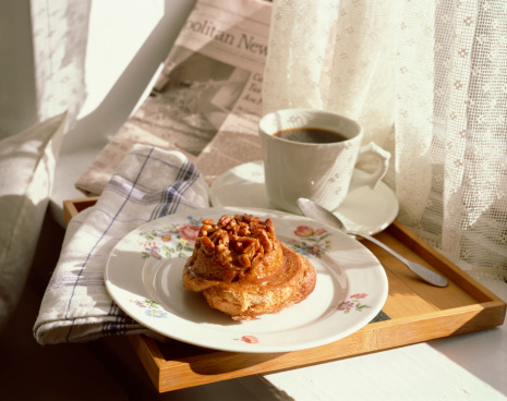 Pecan「Pecan sticky bun with coffee and newspaper on tray」:スマホ壁紙(17)