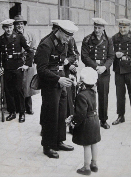 Bouquet「A Small Viennese Girl Is Presenting A Bouquet To A Sergeant During The Farewell Of The Guard Of Honor Of Marine Sergeant Teaching Department From Kiel. Vienna. 24Th April 1938. Photograph.」:写真・画像(10)[壁紙.com]