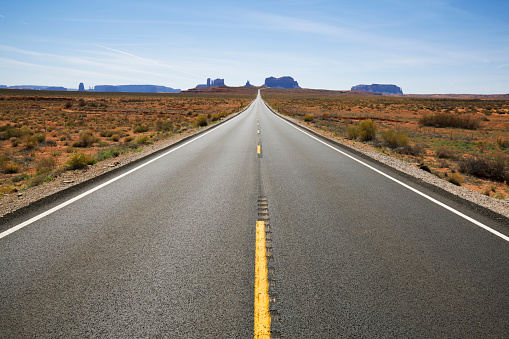 Dividing Line - Road Marking「A view looking south at Highway 163 and Monument Valley in Utah, USA.」:スマホ壁紙(2)