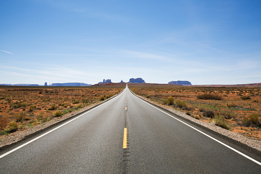 Dividing Line - Road Marking「A view looking south at Highway 163 and Monument Valley in Utah, USA.」:スマホ壁紙(12)