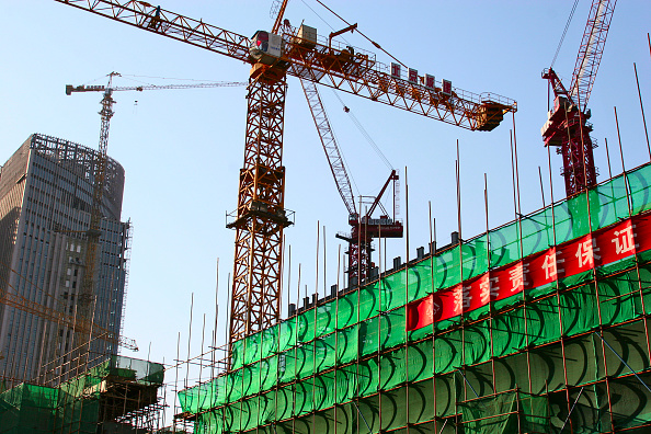 Construction Industry「Cranes operating during the construction of the Jianwai SOHO office and residential complex in Beijing.」:写真・画像(1)[壁紙.com]