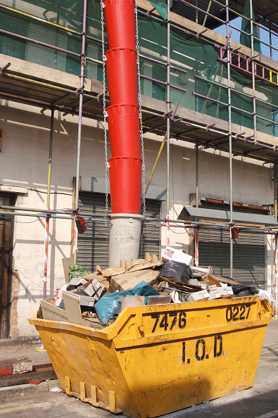Full「Rubbish pipe filtering down to a skip outside a construction site」:写真・画像(9)[壁紙.com]