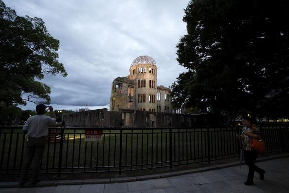 Surrendering「Japan Marks 65th Anniversary Of Hiroshima Atomic Bomb」:写真・画像(10)[壁紙.com]