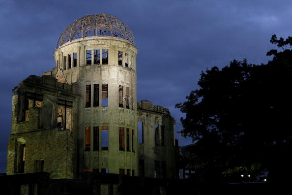 Surrendering「Japan Marks 65th Anniversary Of Hiroshima Atomic Bomb」:写真・画像(2)[壁紙.com]