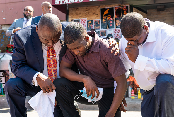 Kneeling「The Family Of George Floyd Visits Memorial Site In Minneapolis」:写真・画像(9)[壁紙.com]