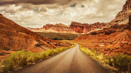 Capitol Reef National Park「Straight road in the Capitol Reef National park, Utah」:スマホ壁紙(15)