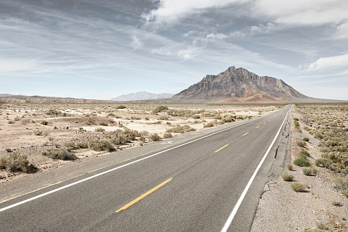 Dramatic Landscape「straight road in desert with distant mountain.」:スマホ壁紙(4)
