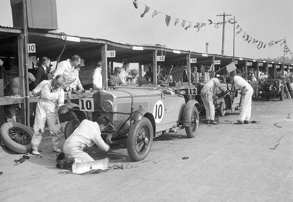 モータースポーツ「Two Talbot 105s in the pits at the JCC Double Twelve race, Brooklands, 8/9 May 1931」:写真・画像(5)[壁紙.com]