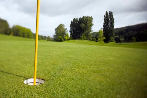 Nouvelle-Aquitaine「France, Dordogne, golf hole with flag pole」:スマホ壁紙(15)