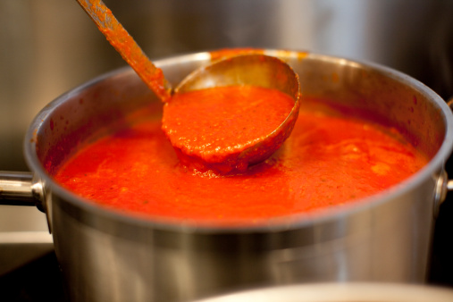 Ladle「Ladle in pot of marinara sauce」:スマホ壁紙(13)