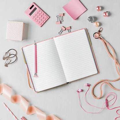 Earring「An open blank notebook surrounded by pink props and office suppliesPinkk」:スマホ壁紙(11)
