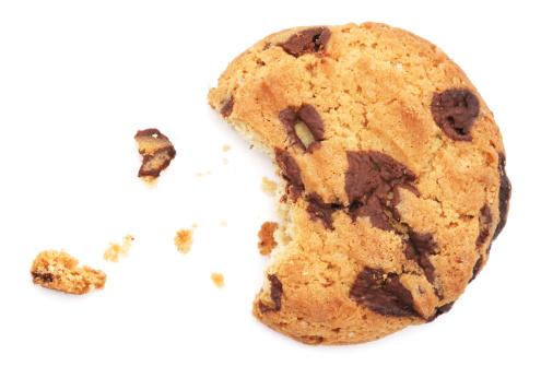 チョコレート「ハーフ食べるチョコレートチップクッキー白で分離」:スマホ壁紙(14)