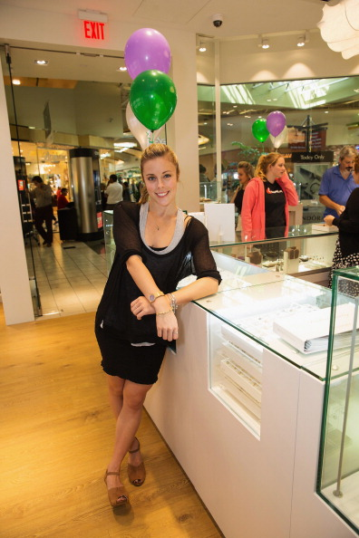 Ashley Wagner「Ashley Wagner Visits Alderwood Mall PANDORA Store」:写真・画像(4)[壁紙.com]