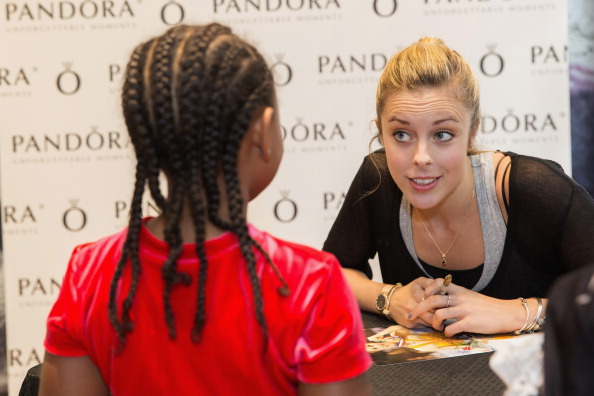 Ashley Wagner「Ashley Wagner Visits Alderwood Mall PANDORA Store」:写真・画像(11)[壁紙.com]