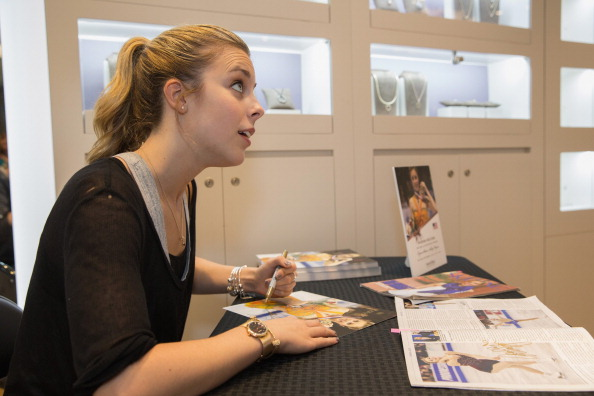 Ashley Wagner「Ashley Wagner Visits Alderwood Mall PANDORA Store」:写真・画像(6)[壁紙.com]